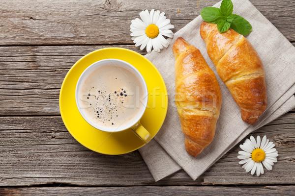Croissants taza de café mesa de madera superior vista desayuno Foto stock © karandaev
