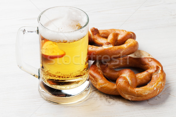 Photo stock: Bière · bretzel · table · en · bois · verre · fond