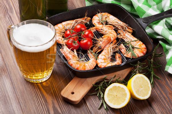 A la parrilla sartén cerveza mesa de madera alimentos peces Foto stock © karandaev