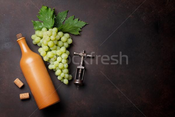 Garrafa de vinho uvas pedra tabela topo ver Foto stock © karandaev