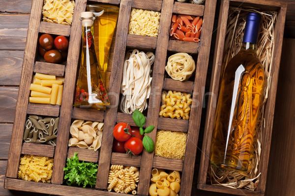 Foto stock: Macarrão · caixa · vinho · garrafa · de · vinho · branco