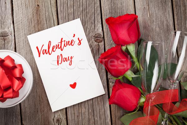 Dia dos namorados cartão caixa de presente rosas vermelhas mesa de madeira topo Foto stock © karandaev