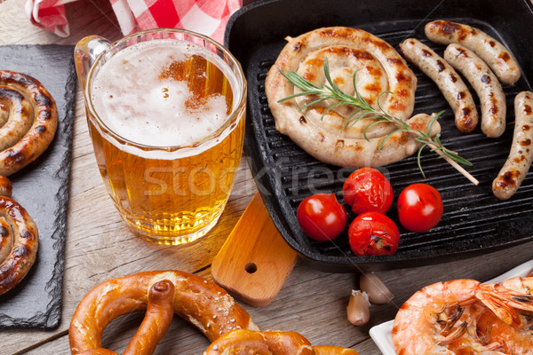 Bier mok gegrild worstjes zoute krakeling houten tafel Stockfoto © karandaev