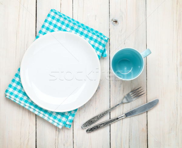 Vide plaque tasse argenterie blanche table en bois Photo stock © karandaev