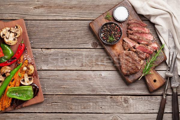 Stock fotó: Bifsztek · grillezett · zöldségek · vágódeszka · fa · asztal · felső