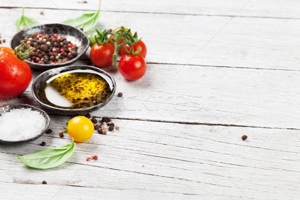 Tomates basilic huile d'olive épices table en bois cuisson Photo stock © karandaev