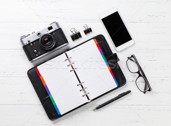 Stock fotó: Kamera · jegyzettömb · okostelefon · fehér · fa · asztal · felső