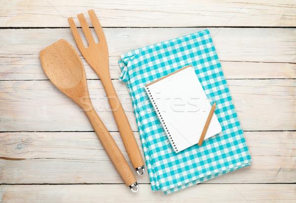 Utensile da cucina notepad tavolo in legno bianco copia spazio Foto d'archivio © karandaev