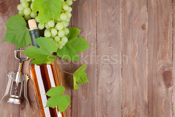 Köteg szőlő fehérboros üveg dugóhúzó fa asztal copy space Stock fotó © karandaev
