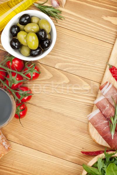 Stock fotó: Vörösbor · olajbogyók · paradicsomok · prosciutto · kenyér · fűszer
