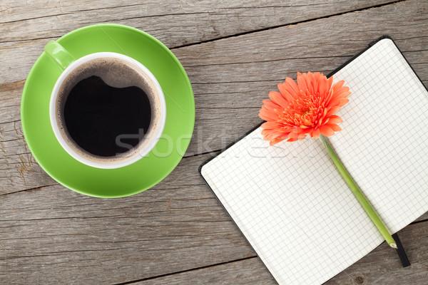 Сток-фото: блокнот · чашку · кофе · оранжевый · цветы · деревянный · стол · семьи