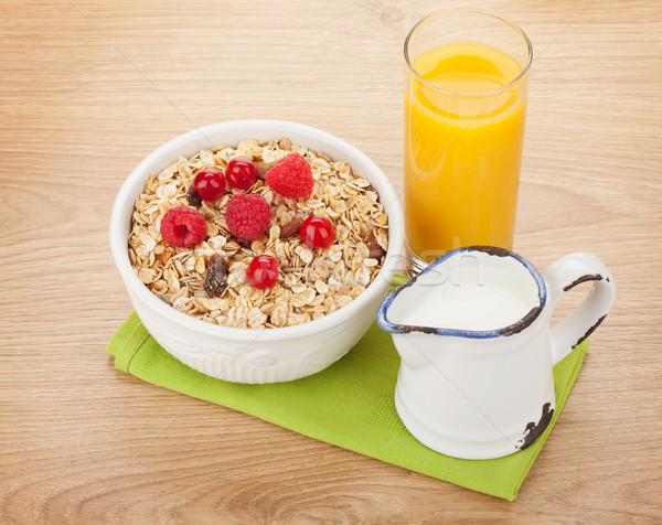 Ontbijt müsli bessen melk sinaasappelsap houten tafel Stockfoto © karandaev