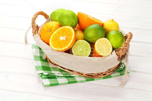 Citrus vruchten mand sinaasappelen citroenen houten tafel Stockfoto © karandaev