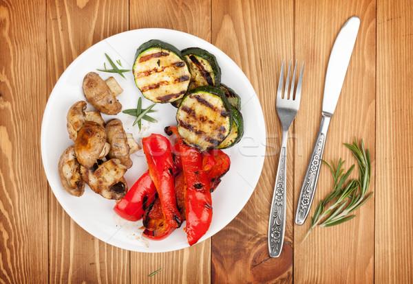 Grillezett zöldségek ezüst étkészlet fa asztal felülnézet villa Stock fotó © karandaev