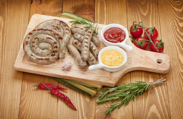 Gegrild worstjes ketchup mosterd houten tafel achtergrond Stockfoto © karandaev