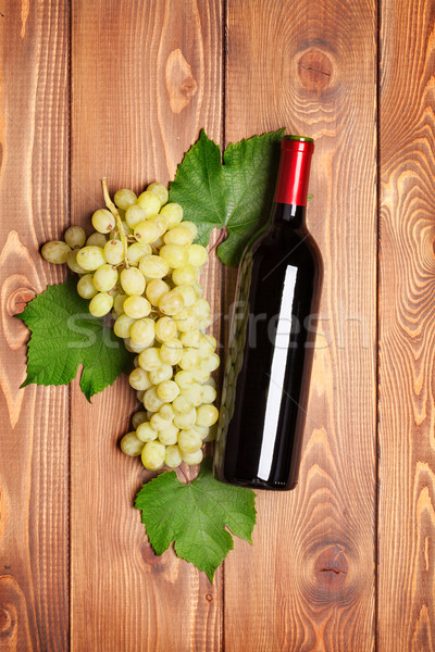 Rode wijn fles bos witte druiven houten tafel Stockfoto © karandaev