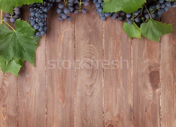 Rouge raisins table en bois haut vue espace Table vue de haut