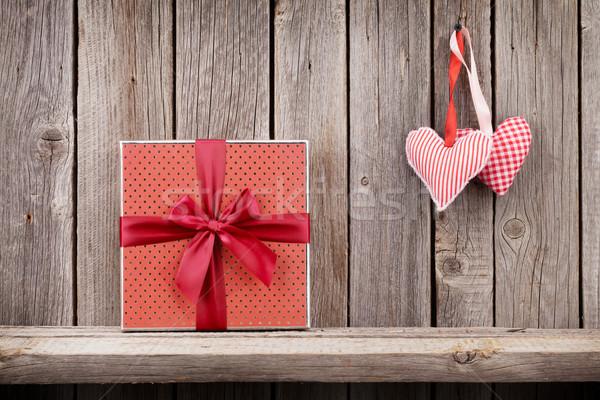 Foto stock: Dos · día · de · san · valentín · corazones · caja · de · regalo · rústico