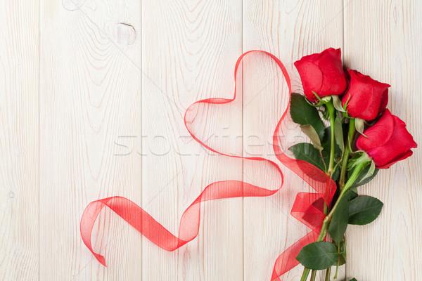 Red roses kształt serca wstążka drewna drewniany stół walentynki Zdjęcia stock © karandaev