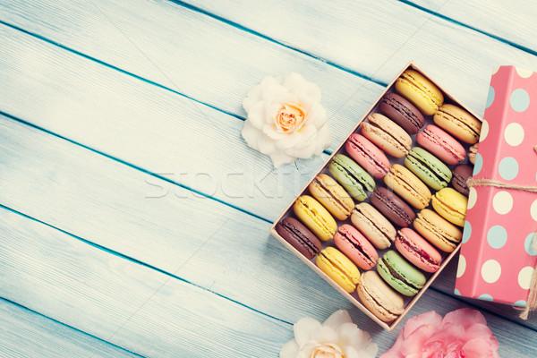 Foto stock: Colorido · caixa · de · presente · rosas · rosa · flores · mesa · de · madeira