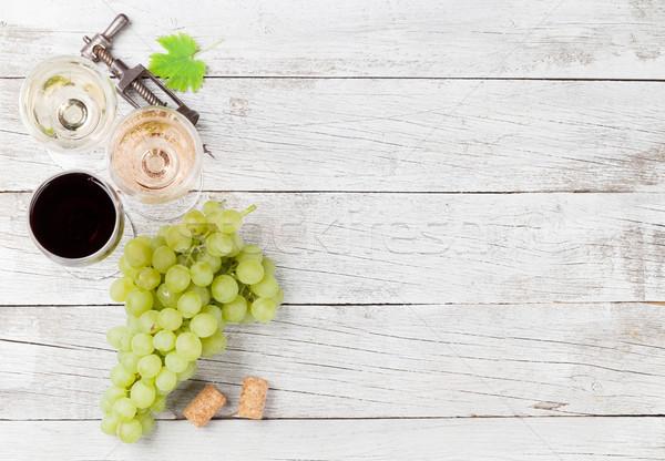 Kieliszki do wina winogron drewniany stół górę widoku przestrzeni Zdjęcia stock © karandaev