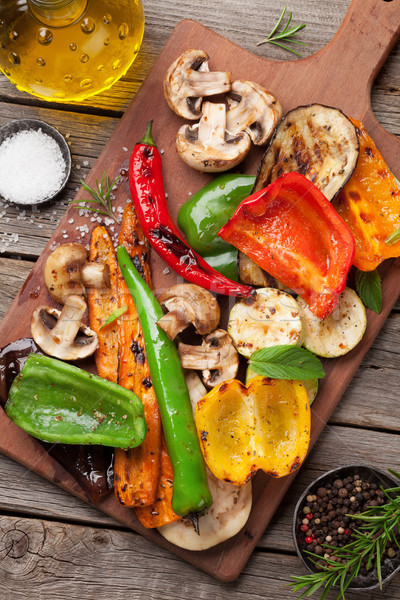 Grillowany warzyw deska do krojenia drewniany stół górę widoku Zdjęcia stock © karandaev