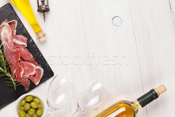 Prosciutto vino aceitunas aceite de oliva mesa de madera superior Foto stock © karandaev