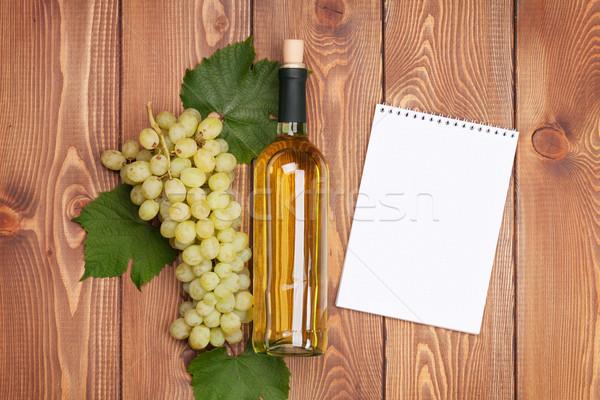 Witte wijn fles bos witte druiven houten tafel notepad Stockfoto © karandaev