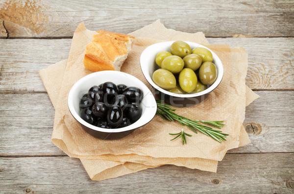 Comida italiana aperitivo azeitonas pão ervas mesa de madeira Foto stock © karandaev