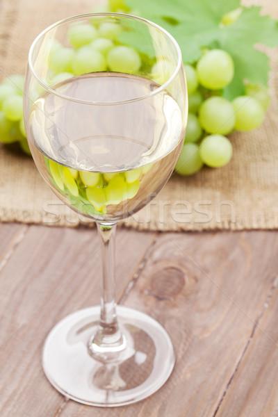 Beyaz şarap cam üzüm ahşap masa gıda şarap Stok fotoğraf © karandaev