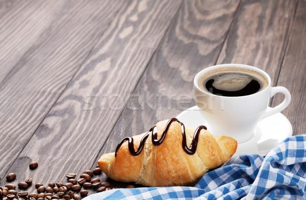 Fresco croissant café mesa de madeira ver cópia espaço Foto stock © karandaev