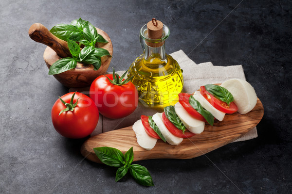 Mozzarella peynir domates fesleğen ot yaprakları Stok fotoğraf © karandaev