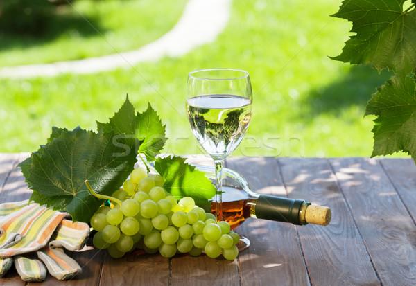 Bottiglia di vino bianco vetro bianco uva giardino tavola Foto d'archivio © karandaev