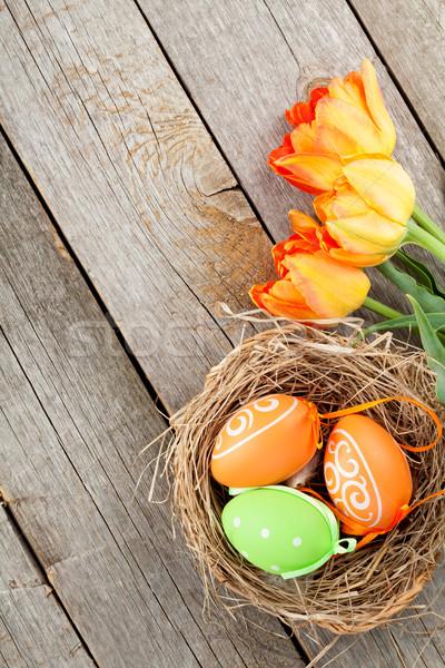Paskalya yumurtası yuva lâle çiçekler ahşap masa üst Stok fotoğraf © karandaev