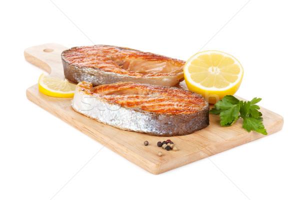 Foto stock: A · la · parrilla · salmón · limón · hierbas · tabla · de · cortar · aislado