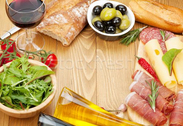 Vinho tinto queijo prosciutto pão legumes temperos Foto stock © karandaev