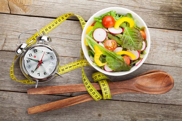 Vers gezonde salade meetlint houten tafel gezonde voeding Stockfoto © karandaev