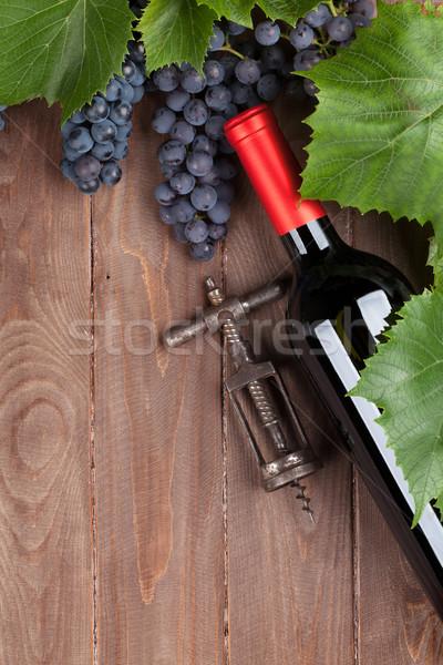Rouge raisins bouteille de vin tire-bouchon vintage table en bois Photo stock © karandaev