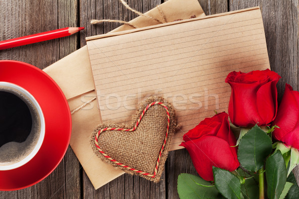 Amour lettre notepad roses rouges tasse de café table en bois Photo stock © karandaev