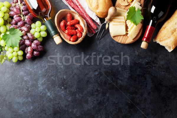 Vermelho vinho branco uva queijo salsichas garrafas Foto stock © karandaev