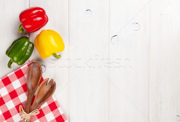 Colorato campana peperoni utensile da cucina bianco tavolo in legno Foto d'archivio © karandaev