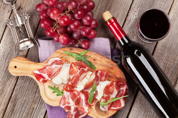 Prosciutto vinho tinto mesa de madeira topo ver Foto stock © karandaev