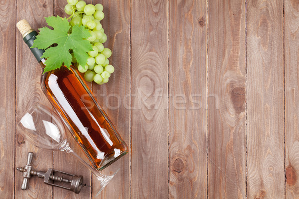 Monte uvas garrafa de vinho branco mesa de madeira cópia espaço Foto stock © karandaev