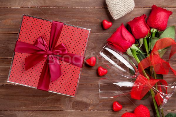 Foto stock: Día · de · san · valentín · caja · de · regalo · rosas · champán · gafas · corazones