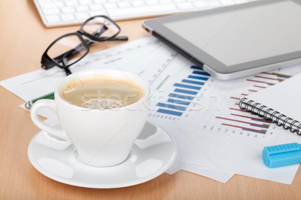 Tasse de café contemporain travail financière papiers ordinateur Photo stock © karandaev