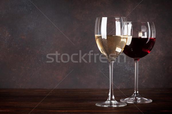 Rouge vin blanc verres tableau noir mur espace de copie Photo stock © karandaev