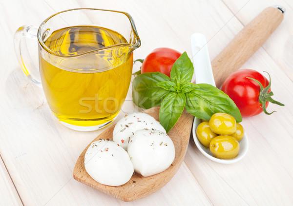 Mozzarella olijven tomaten basilicum houten tafel voedsel Stockfoto © karandaev
