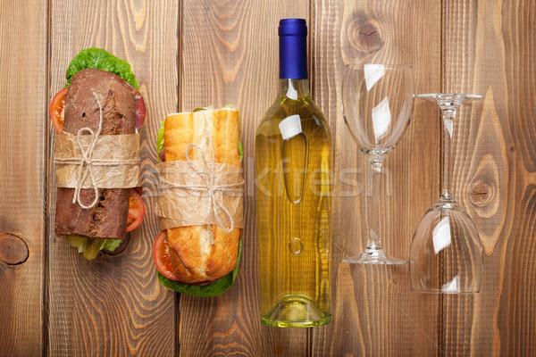 Twee sandwiches witte wijn houten tafel top Stockfoto © karandaev