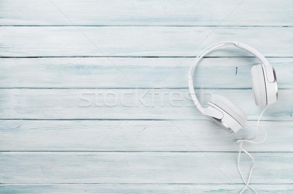 Branco fones de ouvido música soar mesa de madeira topo Foto stock © karandaev