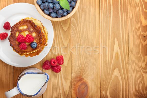 Palacsinták málna áfonya tej tejesflakon fa asztal Stock fotó © karandaev